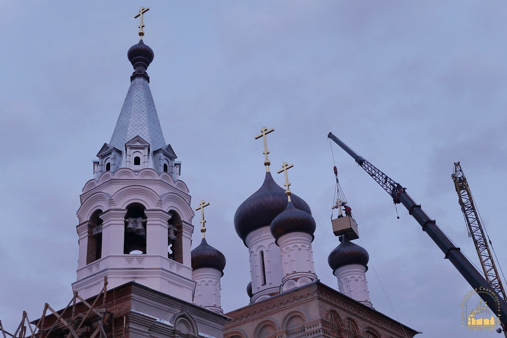 32. Установка крестов на храм святых мучениц