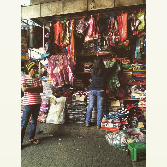 Cheaper by the dozen: handwoven mats and rugs at the Baguio City Public Market.🌹