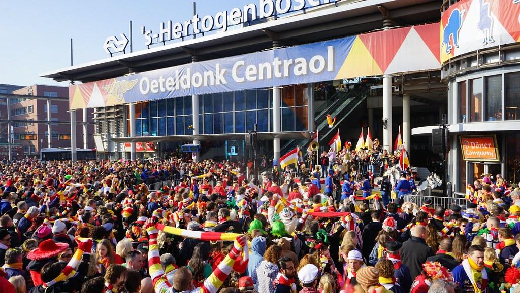 Wachten op de komst van Prins Amadeiro XXV bij het Station in Den Bosch
