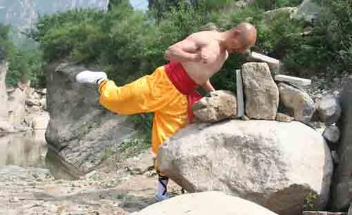"""Hé lộ cách luyện tập """"Thiết đầu công"""" của các Sư Thiếu Lâm"""