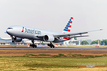 American Airlines B777-200ER landing SCL  (S.Blaise)