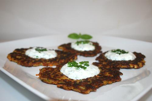 41 - Zucchini carrot pancakes with yoghurt herb creme - Side view / Zucchini-Möhren-Puffer mit Joghurt-Kräuter-Creme - Seitenansicht