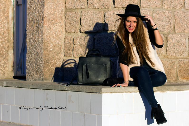 chaleco de pelo blanco y sombrero negro HEELSANDROSES (6)