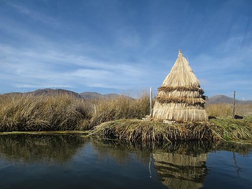 Lac Titicaca: arrivée aux îles Uros. Une ancienne maison traditionnelle.