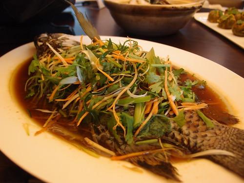 花蓮養殖的台灣鯛,肉質鮮美,主廚武展丞說,簡單用醬油清蒸就很好吃。