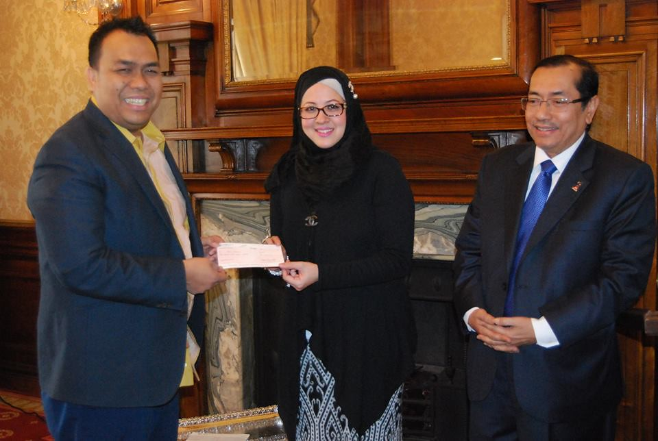 Perwakilan London and Malaysian Restaurants Association have presented two cheques to MERCY Malaysia UK to be donated to the recent flood victims in Malaysia.