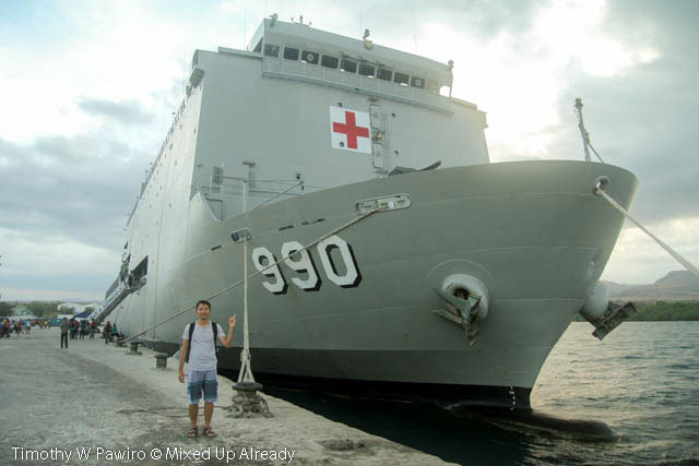 Indonesia - Sumba - 19 - Waingapu - Harbour - KRI dr Soeharso - The ship is big!