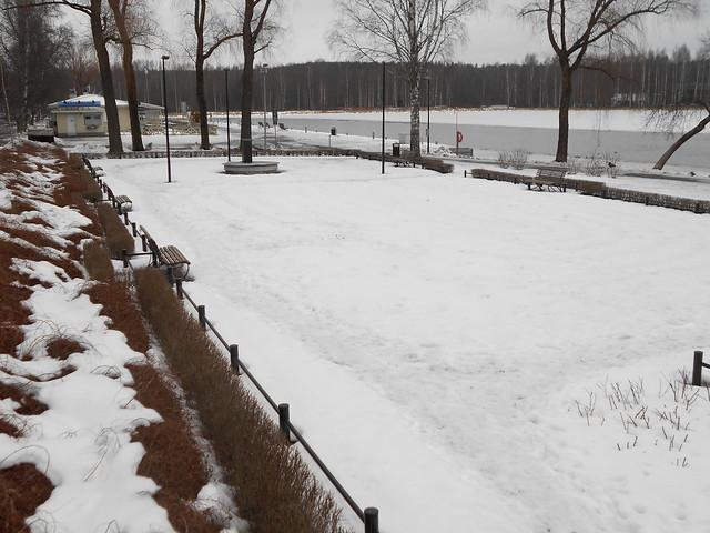 Poikkeuksellisen aikaisen lumensulamisen tilanteita Hämeenlinnassa 28.2.2015: keskustapuisto