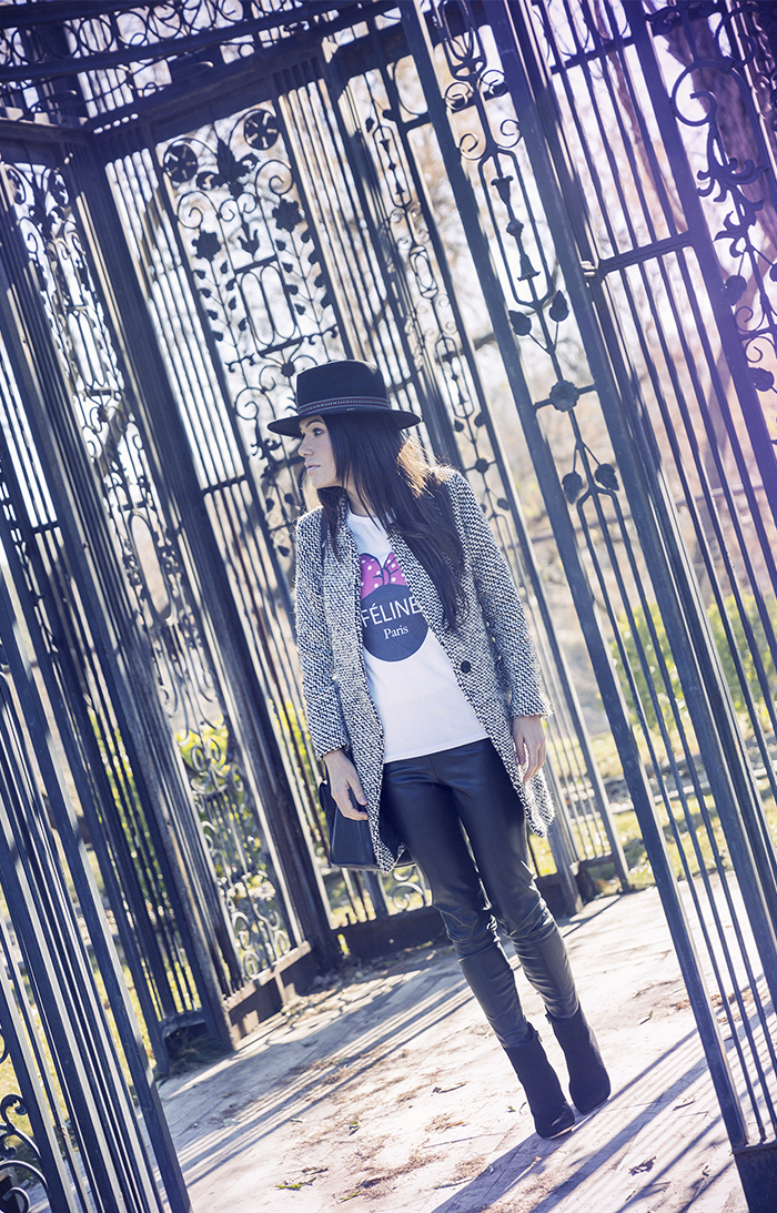 street style barbara crespo féline parís tshirt hat leather pants fashion blogger outfit blog de moda