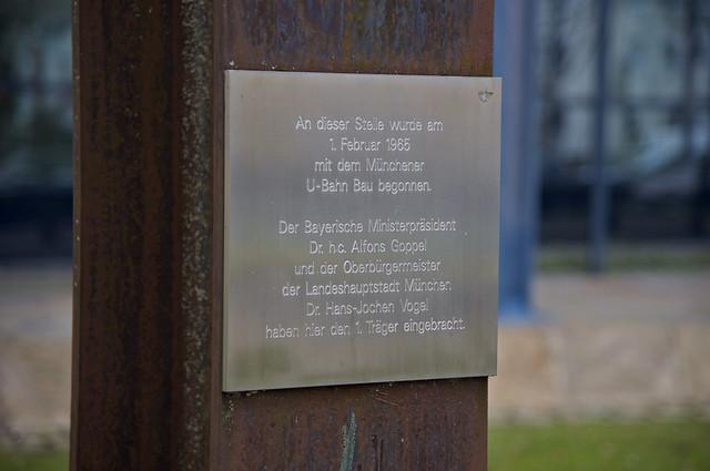 Noch heute erinnert an der Oberfläche des U-Bahnhofs Nordfriedhof ein Denkmal an den Baubeginn