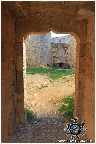 Puerta decorada, interior del Castillo de Berlanga,  Berlanga de Duero (Soria, España)