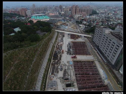 空橋跨過捷運機場工地。攝影:munch