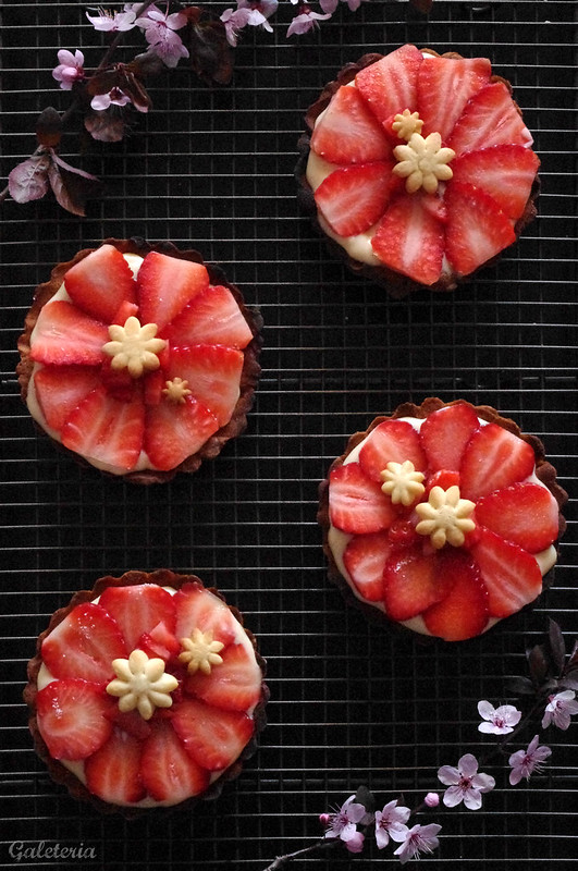 tartaletas de crema y fresas