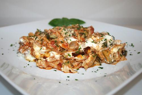 55 - Gyros kritharaki casserole with feta cream - Side view / Gyros-Kritharaki-Auflauf mit Fetacreme - Seitenansicht