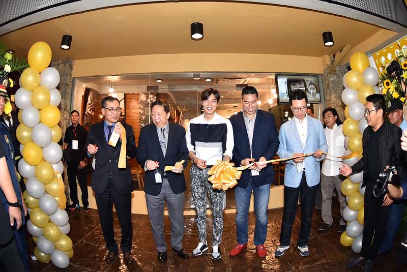 Lee Min Ho opens KyoChon Greenhills