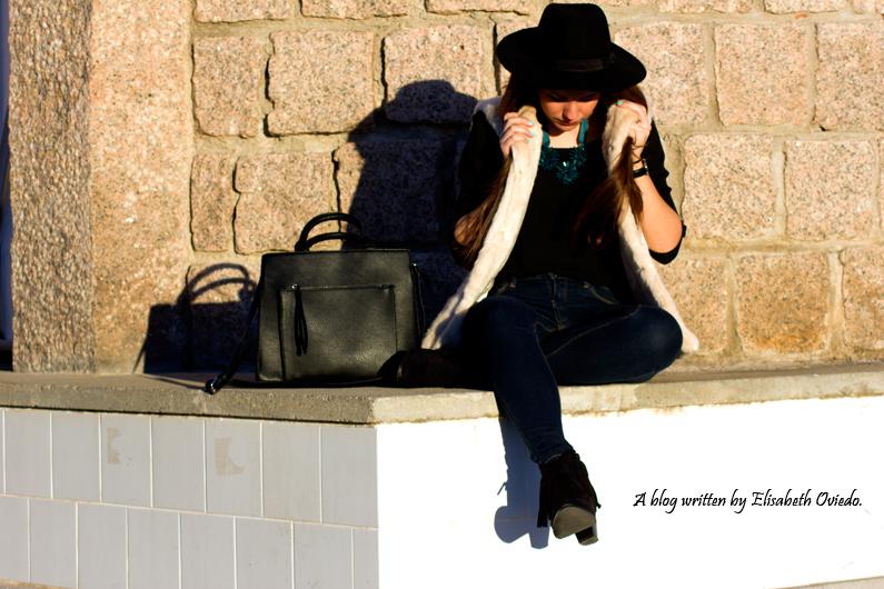 chaleco de pelo blanco y sombrero negro HEELSANDROSES (5)