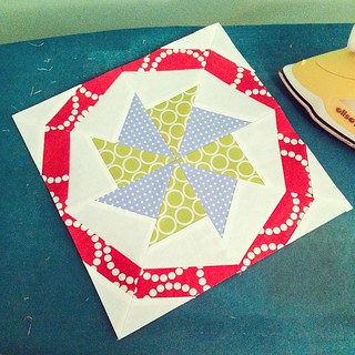 And @harris.lynn's block makes 5! Just mine left, and I'm d-o-n-e! #4x5modernquiltbee #hive2 #vintagequiltrevival