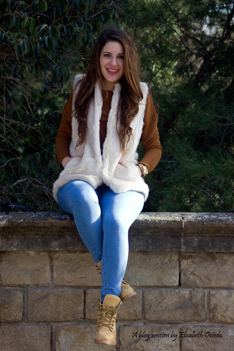 chaleco-de-pelos-blanco-jeans-y-botines-montaña-HEELSANDROSES-(11)