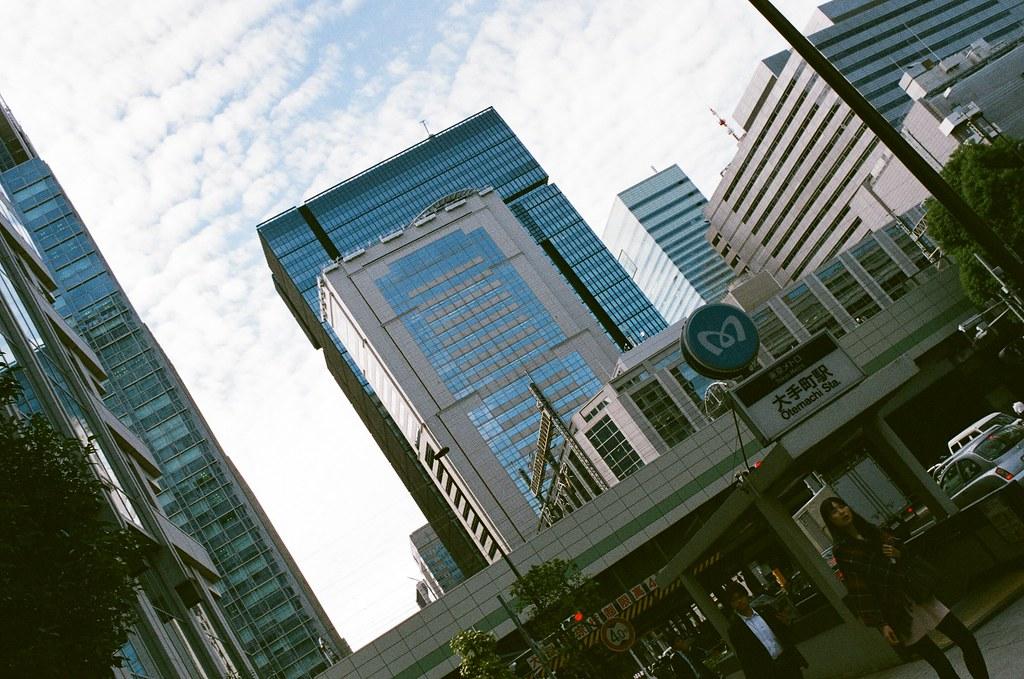 大手町 Tokyo, Japan / AGFA VISTAPlus / Nikon FM2 大手町,這裡是金融街,超多日本銀行或是外國銀行都在這裡。  街上的氣氛也不太一樣,有點酷!我背著一個大包包走在這裡有點突兀。  Nikon FM2 Nikon AI AF Nikkor 35mm F/2D AGFA VISTAPlus ISO400 0994-0006 2015/09/30 Photo by Toomore