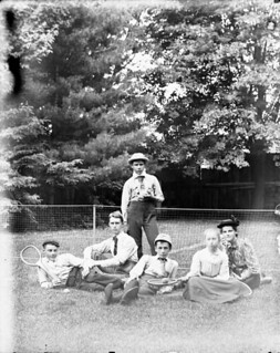Tennis enthusiasts gather at the net: James O'Gara, Norman Ballantyne, Frank O'Gara, John McC., Lillie Ballantyne, Kate O'Gara, Ottawa, Ontario / Amateurs de tennis posant devant le filet : James O'Gara, Norman Ballantyne, Frank O'Gara, John McC., Li
