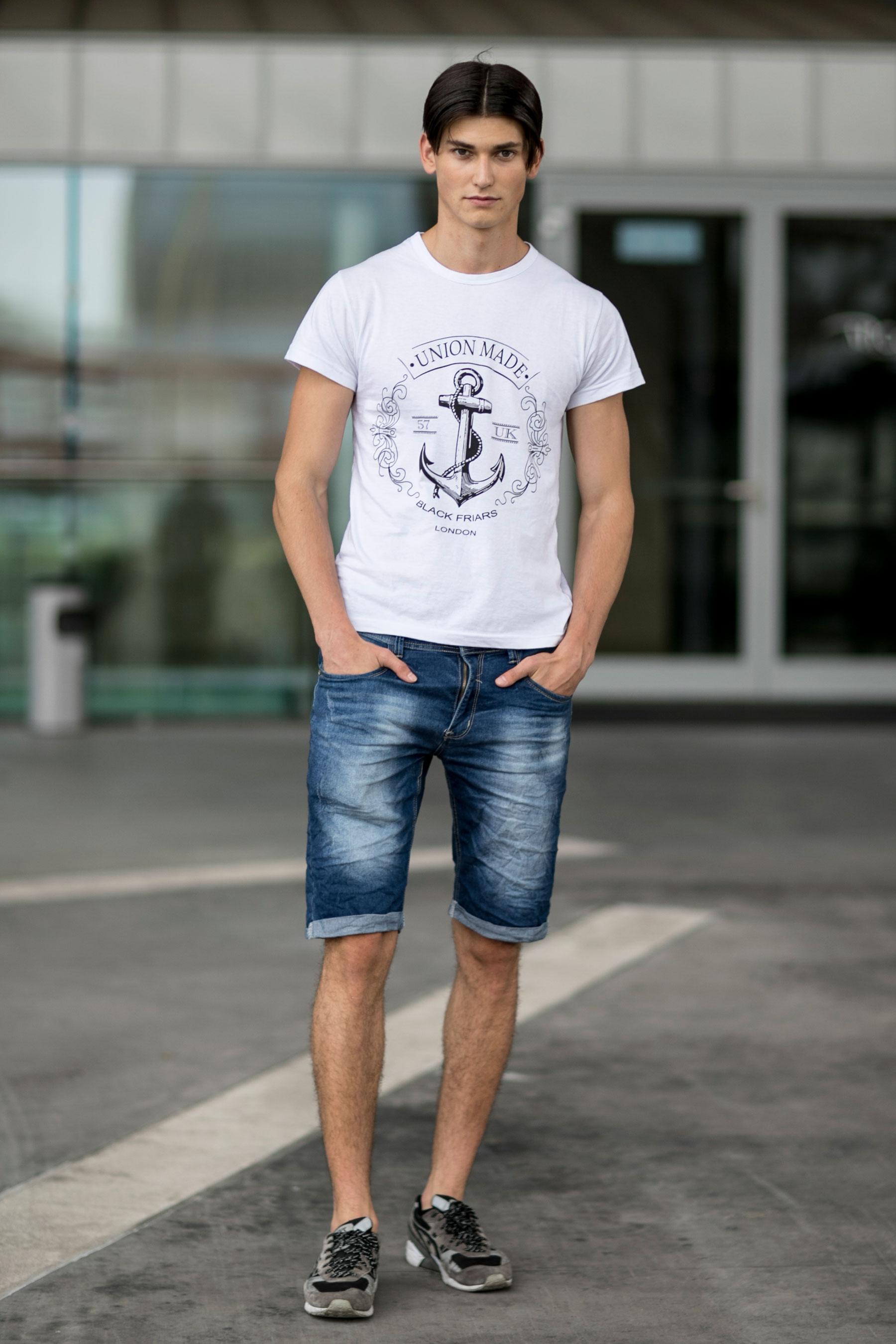 白グラフィックTシャツ×デニムショートパンツ×Asics Gel Sight