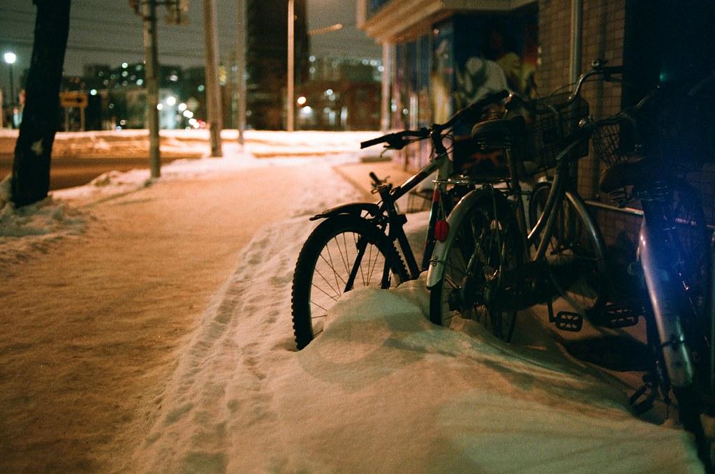 札幌 Sapporo, Japan / AGFA VISTAPlus / Nikon FM2 腳踏車被雪給埋了,在雪地裡生活好像騎腳踏車會有點麻煩齁?  還好那時候沒有想要夜宿車站之類的,應該會冷死。  Nikon FM2 Nikon AI AF Nikkor 35mm F/2D AGFA VISTAPlus ISO400 8264-0039 2016/01/31 Photo by Toomore
