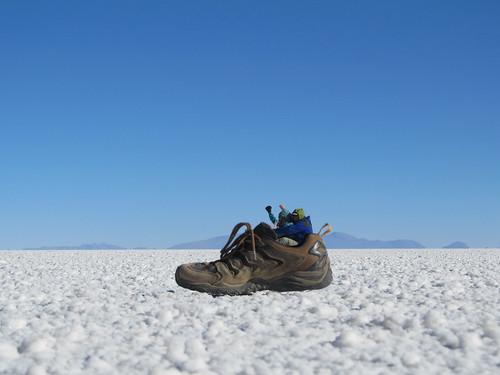 Le Salar d'Uyuni: séance de photos conceptuelles avec une chaussures