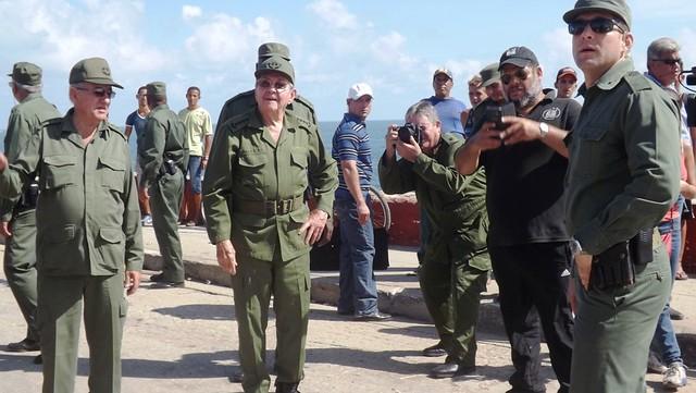 Raúl Castro comprueba daños del huracán en Baracoa