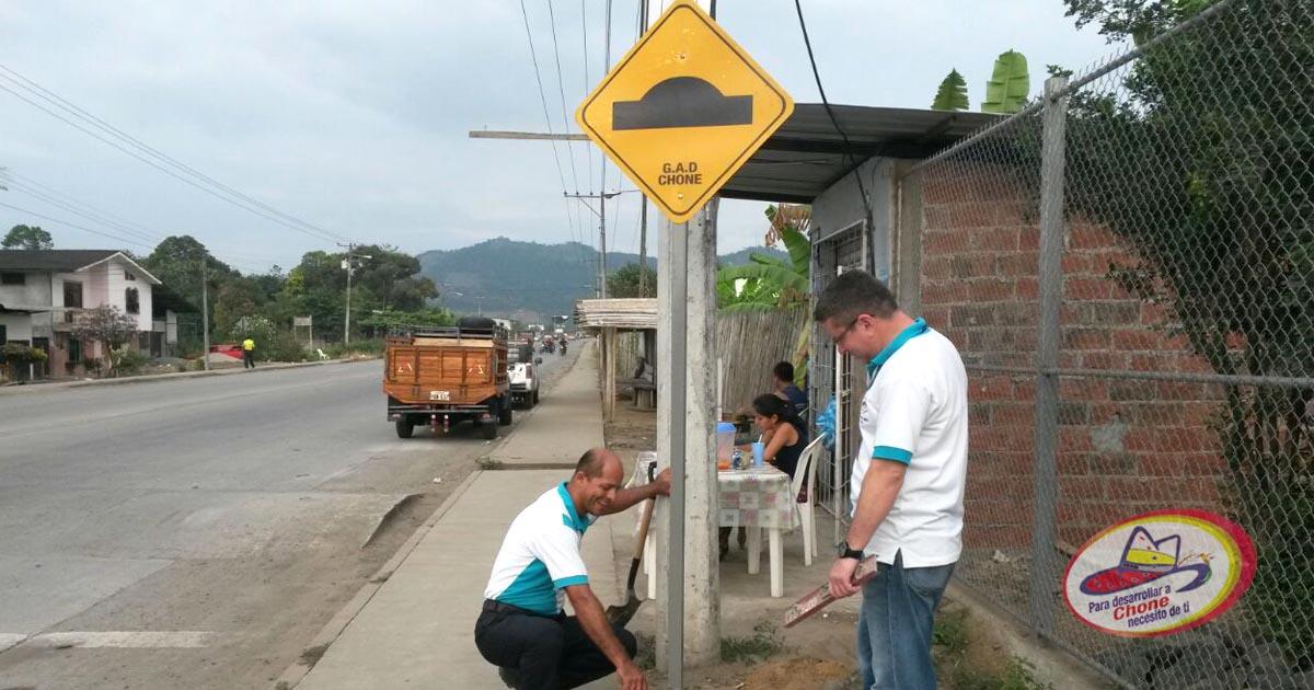Dirección de Tránsito Municipal ubica señaléticas de peligro en el Bejucal