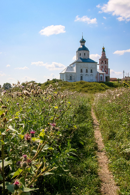 Church of the Prophet Elijah stands on the low hill, Suzdal, Russia スズダリ、丘の上のイリイーンスカヤ教会