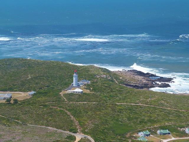 Faro en la Costa de las Ballenas de Sudáfrica a vista de avioneta