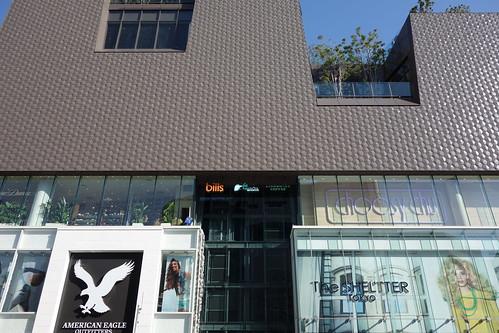 "Shibuya_14 明治神宮前の交差点のビルディングを撮影した写真。 ""東急プラザ表参道原宿"" である。"