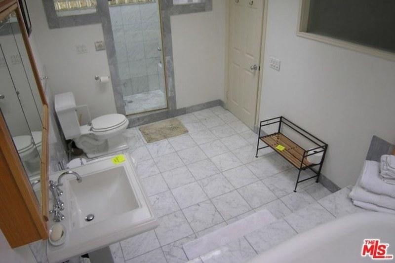 Ванная комната в старом доме Вина Дизеля