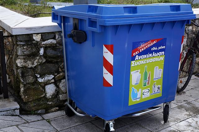 Μπλέ κάδος για ανακυκλώσιμα.