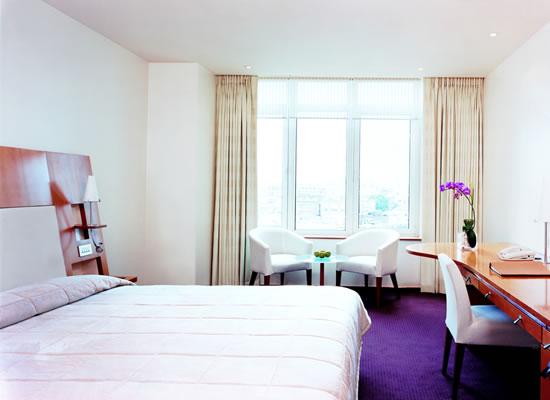 Khách sạn Metropolitan London hiện lên hiện đại trong khu lịch sử London