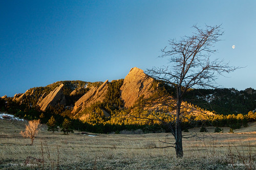 winter sun moon rising colorado view scenic boulder setting frontrange flatirons waninggibbous coloradorockymountains coloradolandscapes jamesboinsogna