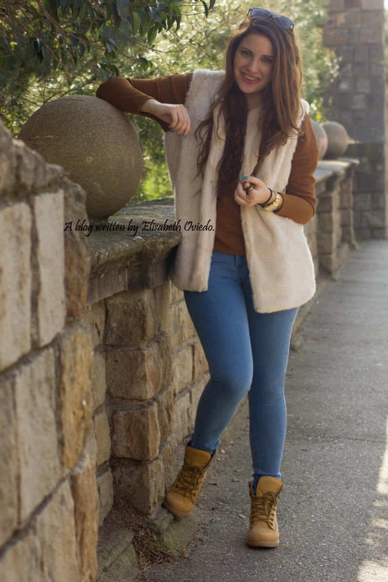 chaleco-de-pelos-blanco-jeans-y-botines-montaña-HEELSANDROSES-(5)