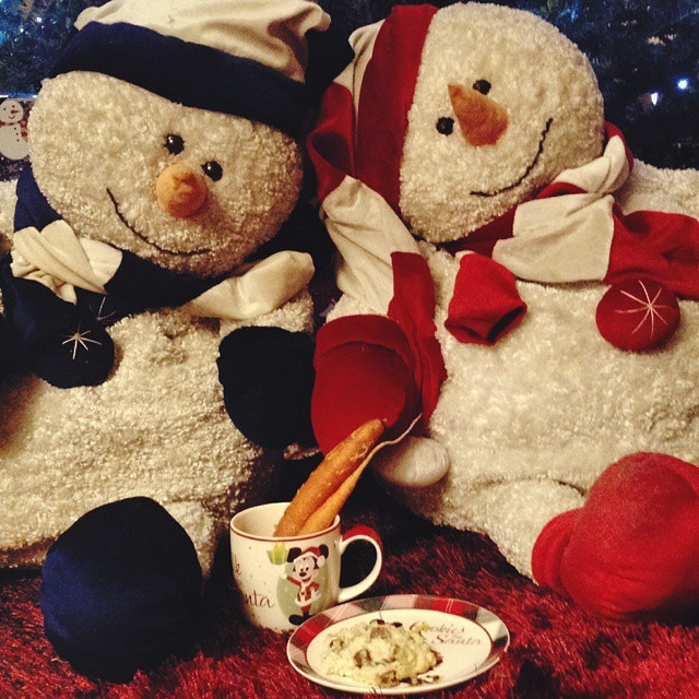 Jolly and Jolly's brother wait for Santa. We ate all the cookies so they baked fresh chocolate chip scones and left garden carrots for the reindeer. Now time to sleep... #snowmen #santa #disney #jolly #scones #carrots #christmas