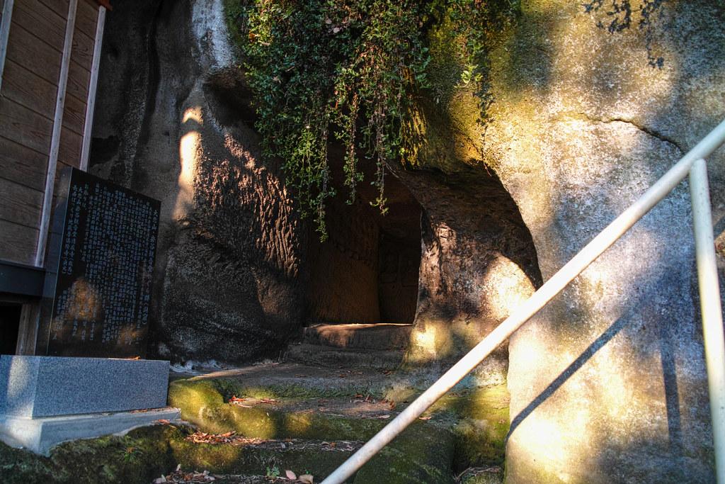 奥に続く洞窟の入り口