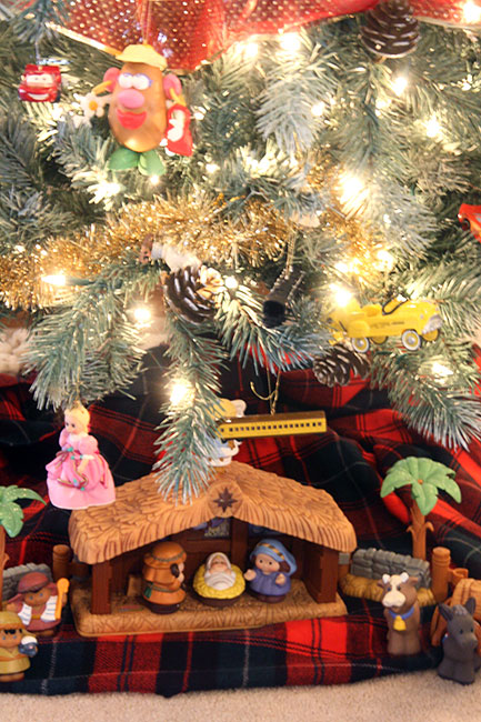 Living-Room_Tree_Nativity