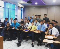 Bersama mahasiswa yg unyu-unyu. Ngajar kelas teknik yg isinya cowok semua #latepost #student #lecture #kuliah #kelas #teknik