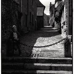 A L'OUEST|18/20| more : http://ow.ly/QWef304YPhV #bw #britain #streetphotography #kids #blackandwhite #noiretblanc #bretagne #enfant #rue #dinan - Photo of Le Quiou
