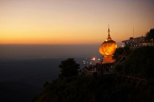 sunset rock gold golden pagoda twilight nikon yangon burma myanmar kyaiktiyo goldenrock kyaikto rangon