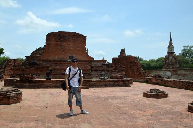 Junto a los budas que fueron decapitados por los birmanos en Ayutthaya