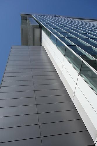 "Shibuya_2 渋谷で撮影した高層ビルディングの写真。 ""Shibuya Hikarie""。 ビルディング直下から直上を見上げて撮影したもの。"