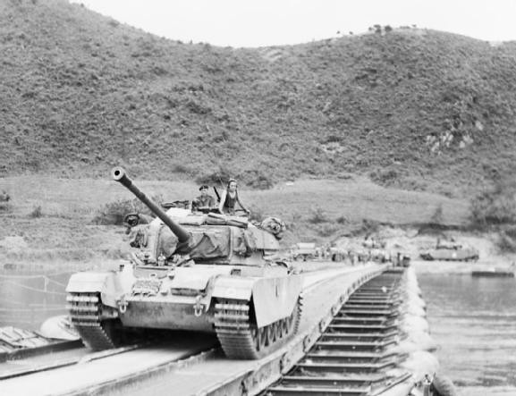 一Centurion坦克穿过一个浮桥