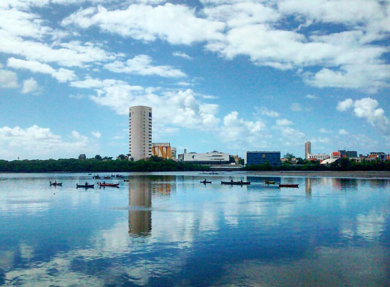 O rio e a cidade do Recife formam uma unidade geográfica, histórica, econômica e sociológica, mas também sentimental e poética. A importância dessas águas para o passado da cidade todo mundo já conhece, mas muita gente ainda pensa que atualmente o rio é m