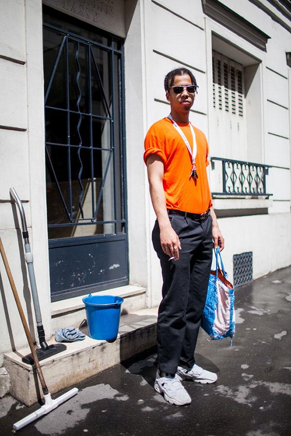 オレンジ無地Tシャツ×チャコールグレーチノパン×Reebokインスタポンプフューリー白