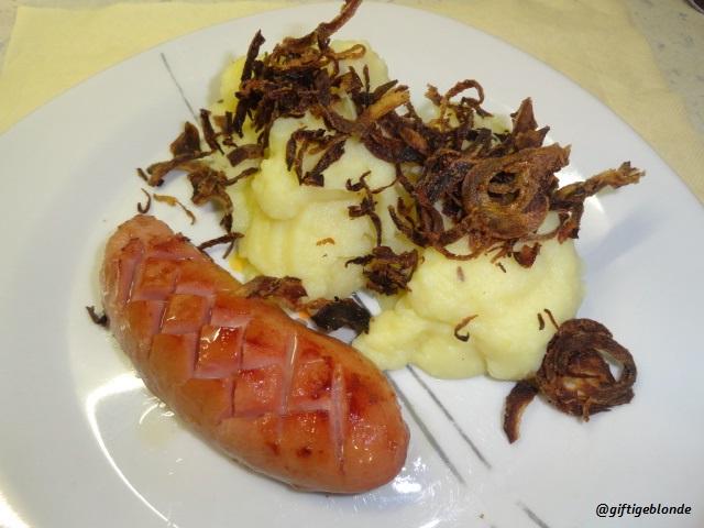Knacker, Erdäpfelpüree, Zwiebelringe