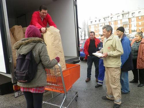 每天早上小貨車載來回收的隔夜麵包,用巨大的牛皮紙袋裝著。圖片來源:楊宗翰
